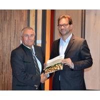 DHWR-Präsident Xaver Haas übergibt die Roadmap Holzwirtschaft 2025 an den Parlamentarischen Staatssekretär im Bundesministerium für Umwelt, Naturschutz, Bau und Reaktorsicherheit (BMUB), Florian Pronold