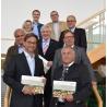 Vertreter der deutschen Holzwirtschaft übergeben die Roadmap Holzwirtschaft 2025 an die Politik.